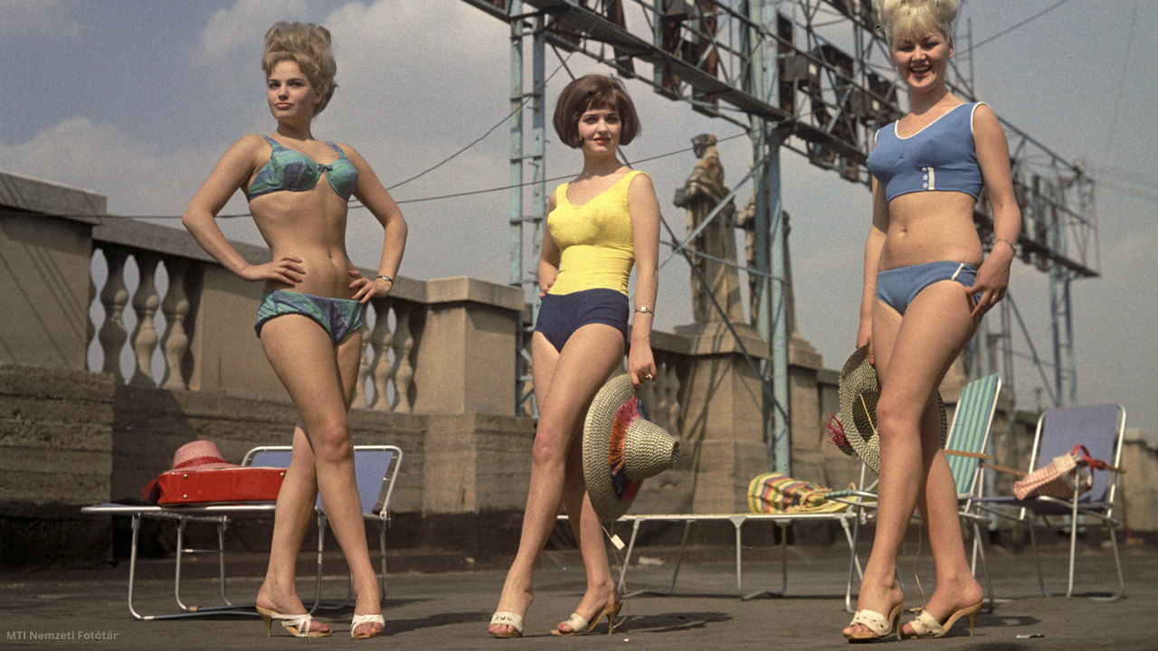 Gottesmann Katalin, Jeremiás Mária és Iványi Ildikó manökenek divatfürdőruhákban pózolnak a Corvin Nagyáruház tetőteraszán 1964. július 9-én.