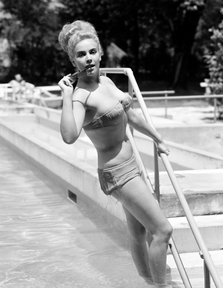 Piké anyagból készült kétrészes divatfürdőruhában pózoló modell egy strandon 1965. július 24-én. A felvétel készítésének pontos helye ismeretlen.