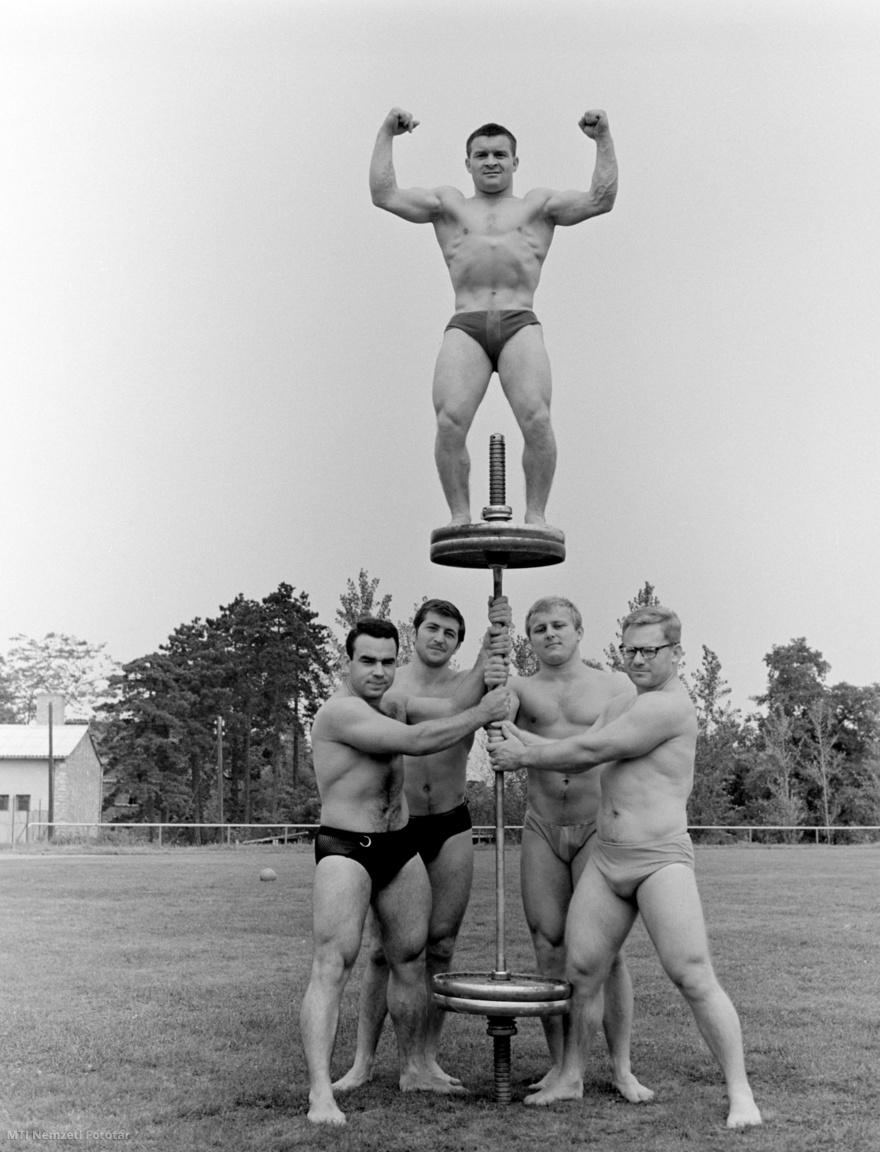 Szarvas Gábor, Bakos Károly, Nemeszányi Árpád és Veres Győző tartják Földi Imrét. A Mexikóvárosban októberben rendezendő XIX. nyári olimpiai játékokra készül az olimpiai súlyemelő válogatott 1968. augusztus 5-én.