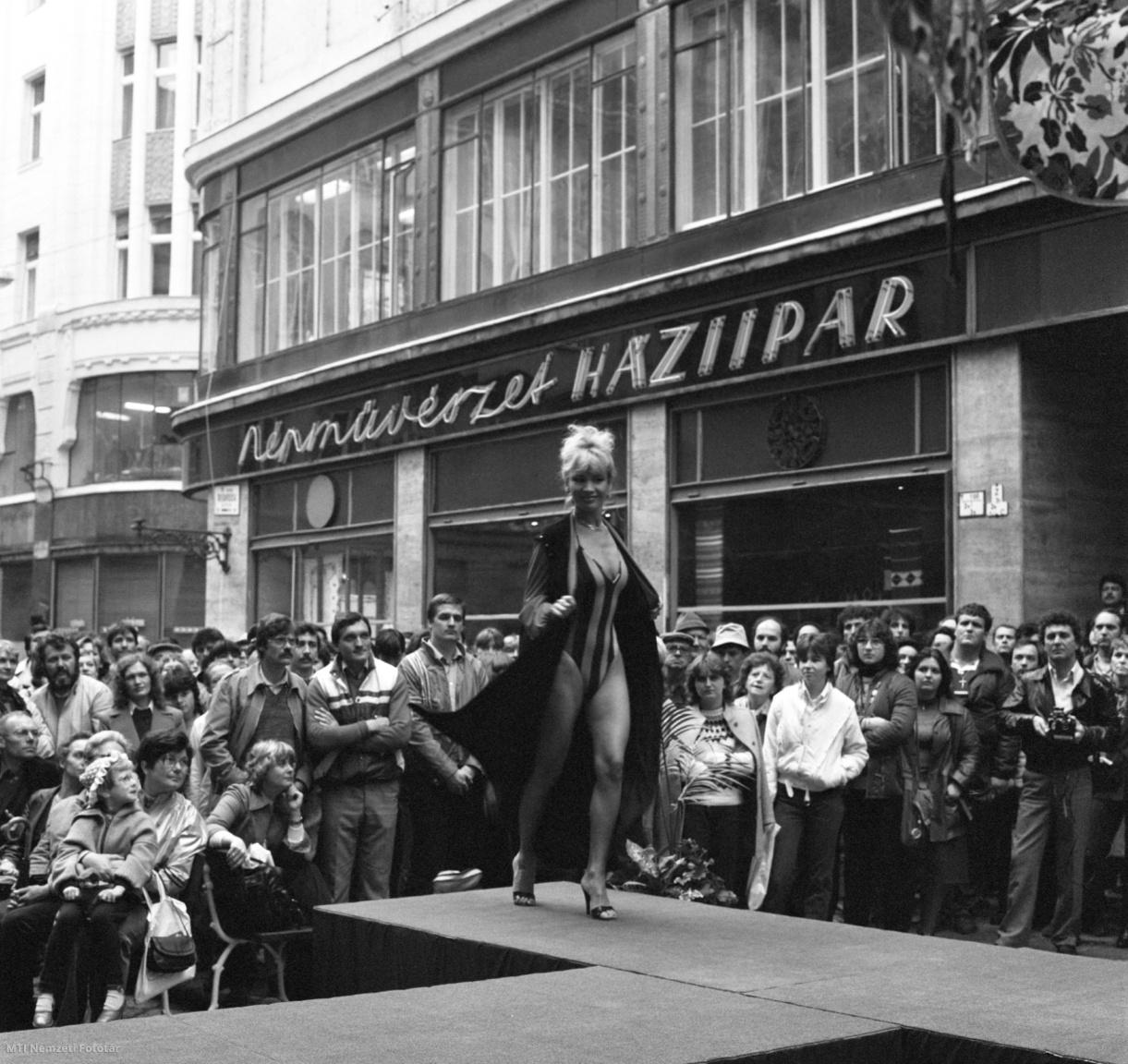 Bíró Ica az Aranypók-Konsumex Áruház és a Módi Kereskedelmi Vállalat utcai divatbemutatóján az Aranypók-Konsumex Áruház előtt a belvárosban. A divatbemutatón a nyár fürdőruha és szabadidőruha újdonságait ismerhette meg a közönség 1984. május 14-én.