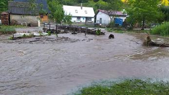 Hatalmas árvíz mosta el Bélapatakát