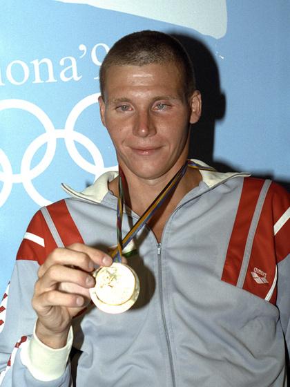 Az 1988-as szöuli olimpián aranyat nyert 200 és 400 méter vegyesen is, a bravúrokat Barcelonában is megismételte. Ki ő?