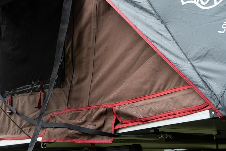 Bár a barna ponyva a belső része elvileg, mégis vízlepergető a sátor itt is, nem úgy, mint a régiek