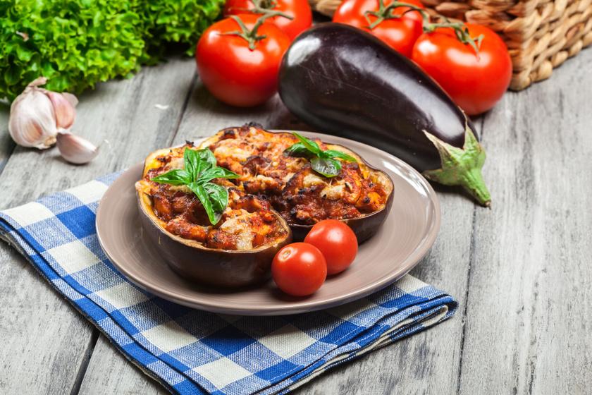A paradicsomos, darált húsos padlizsán tökéletes nyári fogás lehet. Darált pulykahússal is kipróbálhatod, ha diétásabb opcióra vágysz. A padlizsán kalóriaszegény, de fontos tápanyagokban bővelkedő zöldség, ami a paradicsomhoz hasonlóan gazdag sejtvédő antioxidánsokban.