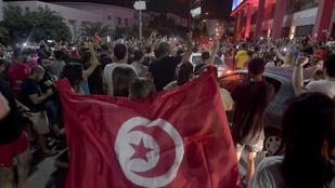 """Népünnepséggel fogadták a tunéziai elnök """"puccsát"""", aki visszavezetheti a diktatúrába az országot"""