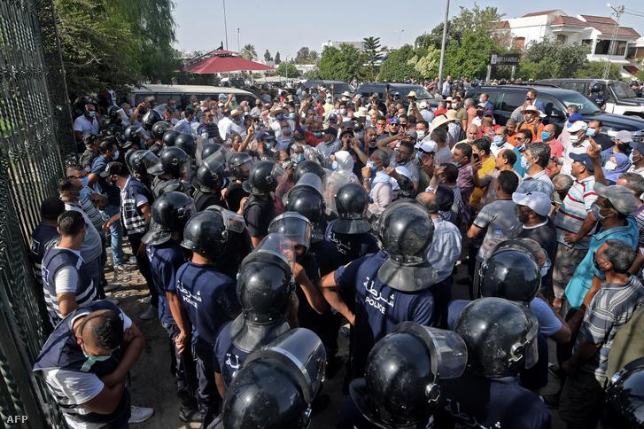 """Az elnöki """"puccs"""" ellen tüntetőktől védik a parlamentet"""
