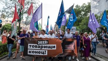 A Fidesz székháza előtt tüntettek az ellenzéki pártok a Pegasus-ügy miatt
