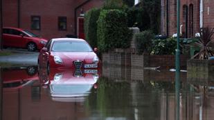 Videón, ahogy tengerré váltak az utcák, a földalattiba is betört a víz