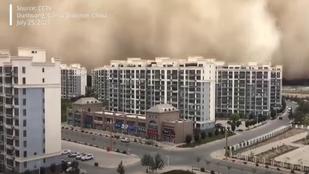 Videó: így takar be a homok 100 méter magasan egy várost