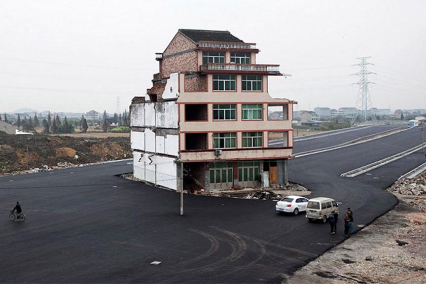 Kína kormánya autópályát épített a területre, azonban a háztulajdonosok nem akartak megválni otthonuktól, így ez a furcsa megoldás született.