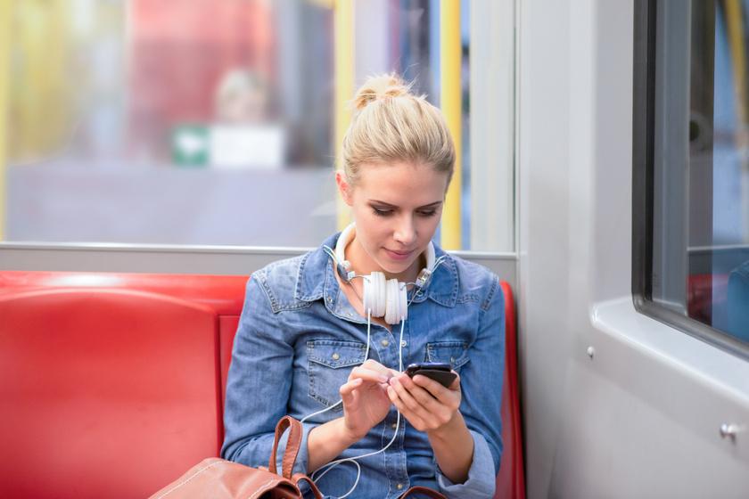 Hogyan tartod a fejed mobilozás közben? Az sms-nyak izomgyengeséghez, porckorongsérvhez is vezethet