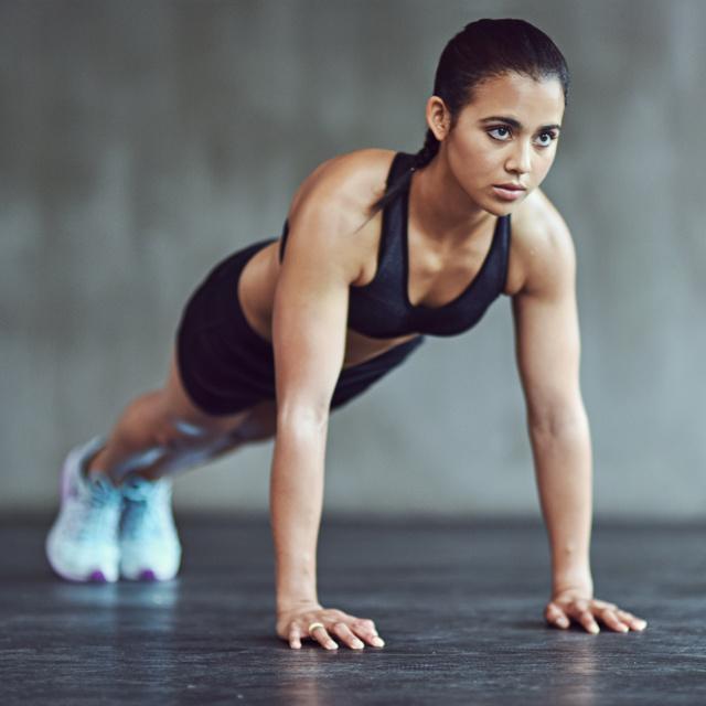Rengeteg kalóriát éget és építi az izmokat: így variáld a fekvőtámaszt 5-féleképpen