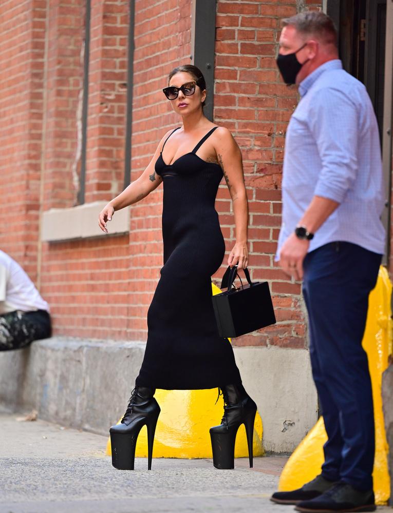 Azt már régóta tudni lehet, hogy az énekesnő odáig van a platformért, a magas talpú cipőkért, melyektől még az sem riasztja vissza, hogy egy óvatlan pillanatban orra eshet vagy a bokáját törheti