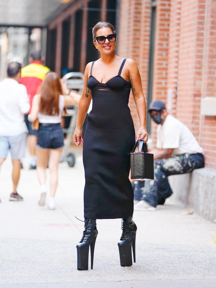 Az énekesnőt ebben a meglehetősen brutális lábbeliben hétfőn kapták lencsevégre a lesifotósok, amint New York utcáit járta