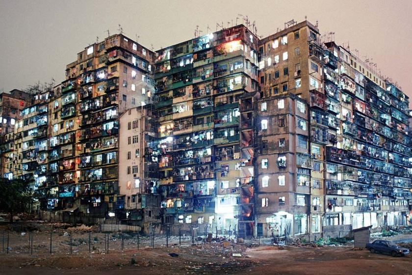 A világ legzsúfoltabb lakóépületeibe a napfény sem jutott be: így nézett ki a kínai Bűnös város belülről