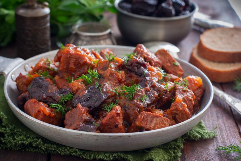Szaftos marharagu aszalt szilvával dúsítva: a hús olyan omlós, hogy szétolvad a szádban