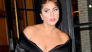 A bokatörést kockáztatta, de Lady Gaga mosolyogva járta New York utcáit ebben a brutális magassarkúban