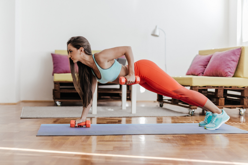 8 súlyzós gyakorlat, ami villámgyorsan lefaragja a zsírt, és építi az izmot: szebben formál, mint a futás