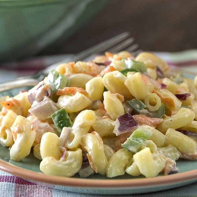 Majonézes tésztasaláta ropogós zöldségekkel és tojással: a kiadós finomság egyszerűen készül