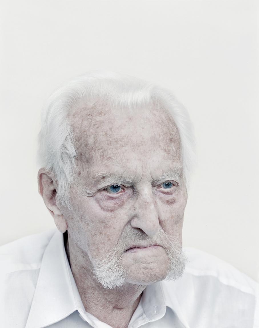 """Békei Koós Ottó volt politikai fogoly portréja. """"1944. október 2.-én Ungvár környékén fogságba estünk, mert bekerítettek                         az oroszok. Ungvártól gyalogmenetben Stari Szamborba vittek. Ott 1944. december 6-án                         bevagoníroztak. 21 nap marhavagonban való utazás után január 1-én az Uralba,                         Cseljabinszk körzetébe, Ufalei-be vittek. Mint utóbb az oroszok közölték, az út alatt 650                         halottunk volt. Én is elkaptam a kiütéses tífuszt, negyvennyolc kilóra fogytam. A különböző                         táborok után 1950. december 30-án Brianszkban a szovjet katonai bíróság halálra ítélt. De                         mivel a halálos ítéletet eltörölték, 25 év javító-nevelő munkatáborban letöltendő                         szabadságvesztésre ítéltek. Édesanyámat és nagyanyámat szintén kényszermunkára vitték,                         és útközben agyonlőtték őket. A menyasszonyommal időnként tudtunk levelet váltani – a mai                         napig őrizzük, amiket egymásnak írtunk."""" (Békei Koós Ottó)                         Ottó 1955 novemberében térhett csak haza. De akkor se engedték szabadon. Még megjárta a                         jászberényi börtönt és a budapesti Gyűjtőfogház"""