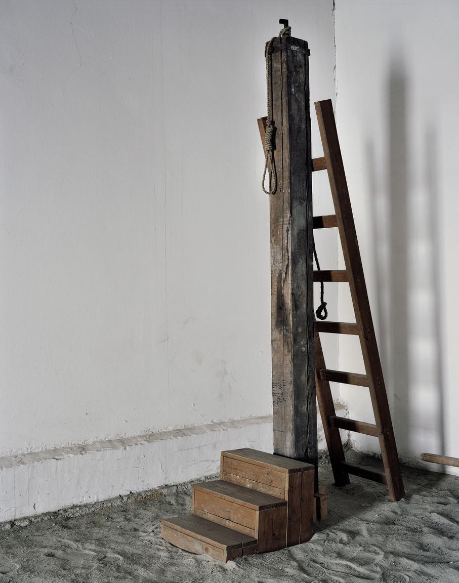 Bitófa a Kisfogházban. Az 1956-os forradalom leverését követően a népbíróságok 1956                         novemberétől 1963-ig mintegy 26000 embert ítéltek hosszabb-rövidebb börtönbüntetésre vagy halálra. A halálos ítéleteket legtöbbször a Kisfogház udvari részében hajtották végre.                         Itt hajtották végre Nagy Imre és társai halálos ítéletét 1958.június 16.-án kora hajnalban is.