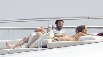 Ugyanúgy simogatja Ben Affleck JLo fenekét, mint 19 éve – véletlen lenne?