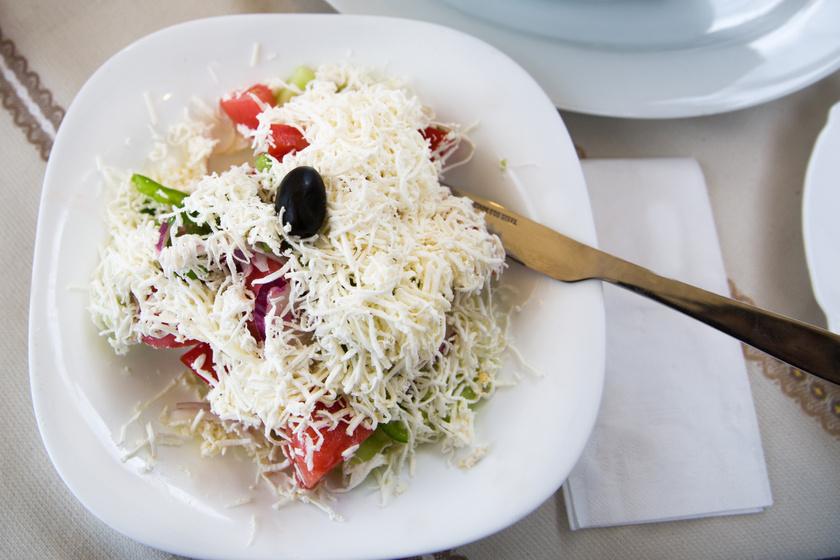 Könnyű, mégis laktató sopszka saláta, ahogy Bulgáriában készítik: sült húsok mellé nincs finomabb