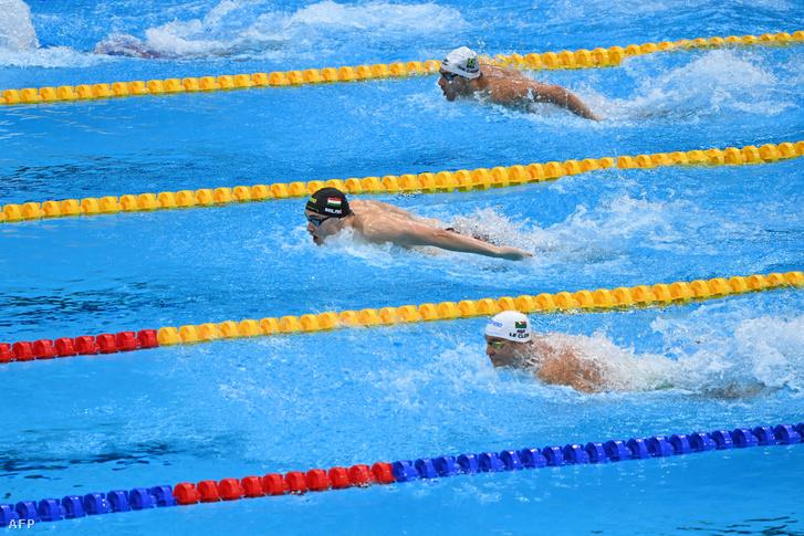 Milák Kristóf (középen), Leonardo De Deus (felül) és Chad Le Clos (alul) a férfi 200 méteres pillangóúszás döntőjében a tokiói olimpián 2021. július 28-án