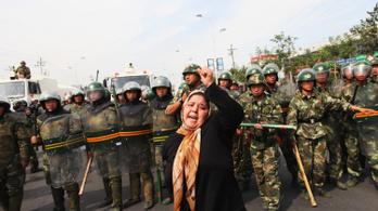Bestiális kínzásokról számoltak be, tízezer ujgur sínylődik a legnagyobb kínai fogolytáborban