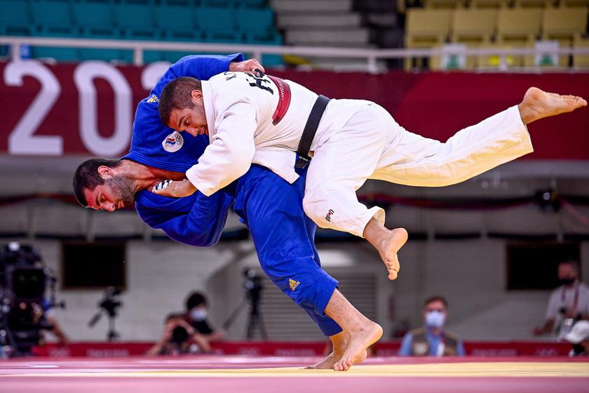 Tóth Krisztián (fehérben) és az orosz Mihail Igolnyikov küzdelme a férfi cselgáncsozók 90 kilogrammos súlycsoportjának bronzmérkőzésén.