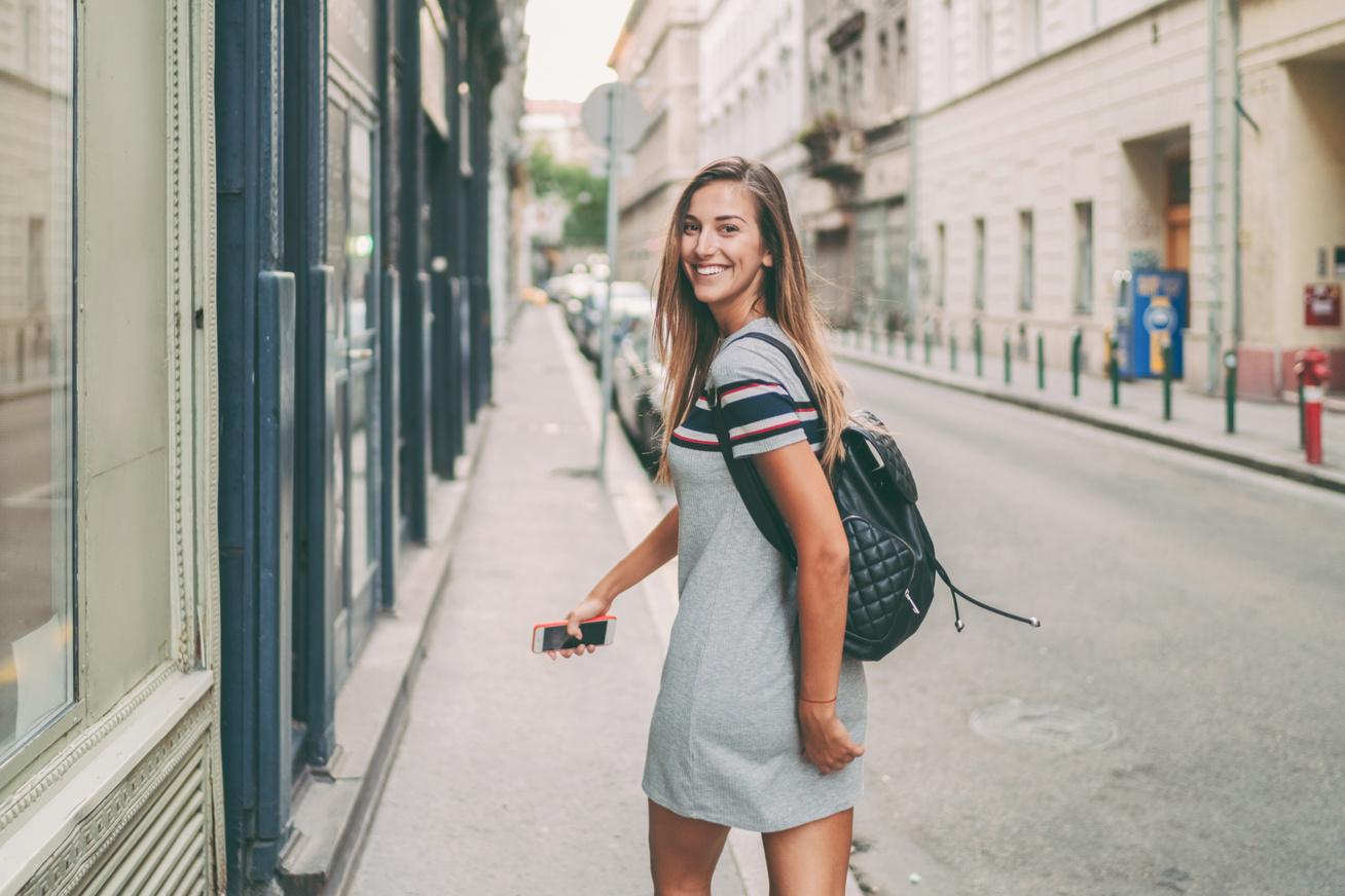 sétáló nő bpen
