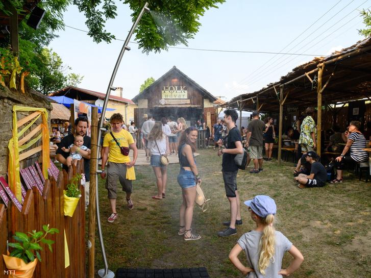 Látogatók a Hagyományok Háza kapolcsi Folkudvarában a 30. Művészetek Völgye fesztiválon a megnyitó napján 2021. július 23-án