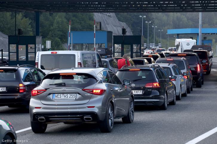 A Horvátország és Szlovénia közötti macelji határátkelőnél sorban állnak a járművek 2020. augusztus 22-én