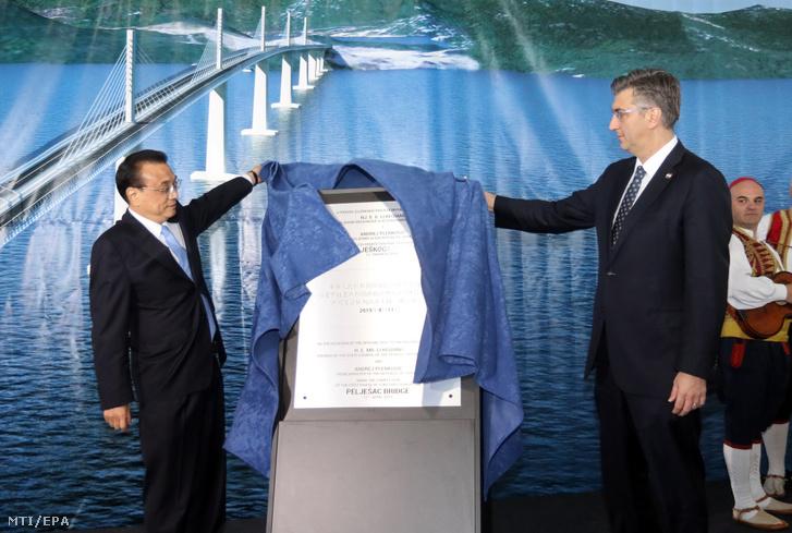 Andrej Plenkovic horvát és Li Ko-csiang kínai miniszterelnök leleplezi a Peljesac híd építésének első szakaszában az utolsó pillér leengedése alkalmából rendezett ünnepség emléktábláját a horvátországi Brijestában 2019. április 11-én