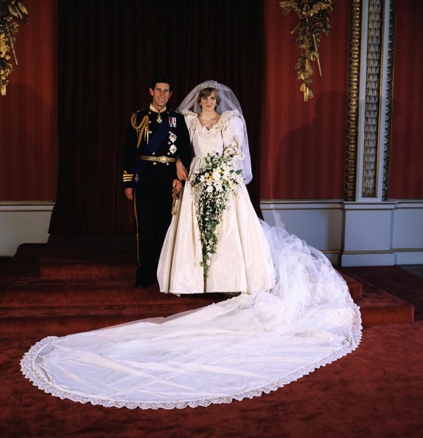 A hercegnő ruháját David és Elizabeth Emanuel tervezte. Annyira nagy volt a kreációra az érdeklődés az esküvő előtt, hogy Lady Di még egy külön kódnevet is kapott, Deborah-ként hivatkoztak rá.