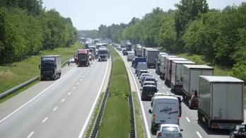 Élénkül a forgalom az utakon, tumultus több határátkelőnél