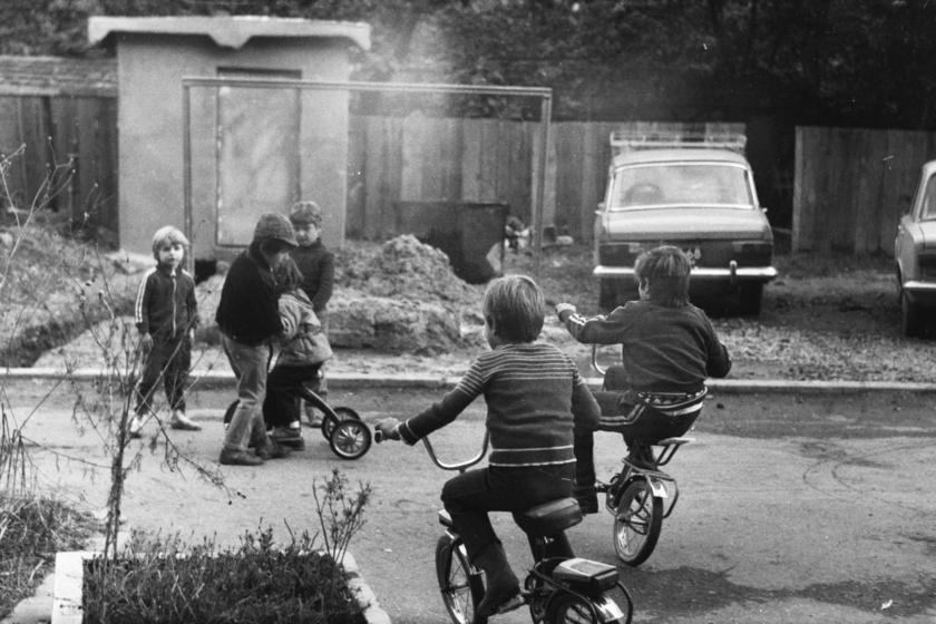 A bringák annak idején az önkifejezés eszközei voltak, magabiztosnak, menőnek érezhette magát a gyerkőc a nyeregben. A szülők akkoriban a biztonságra sem helyeztek nagy hangsúlyt, se bukósisakot, se térd- és könyökvédőt nem használtak. A fotó 1978-ban készült.