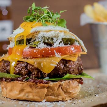 13 tipp, amitől mennyei lesz a házi hamburger: a hús mellett a bucit is érdemes otthon készíteni