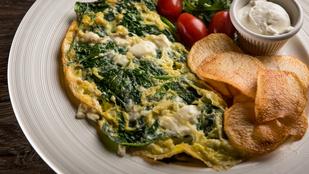 A reggeli tojásrántotta még finomabb egy kis spenóttal és jó sok füstölt sajttal