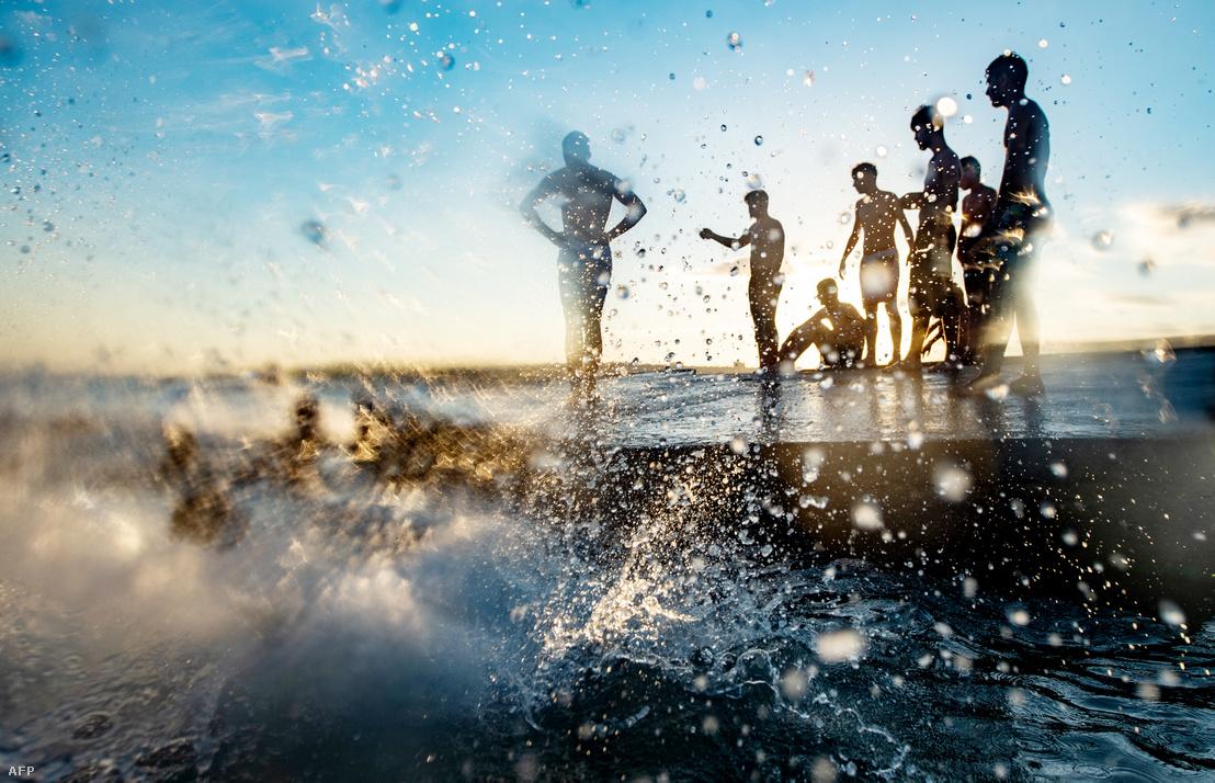 Fürdőzők a tengerparton Görögországban