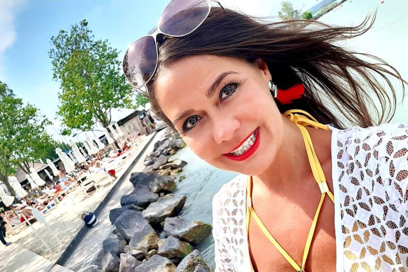 Az 51 éves Geszler Dorottya bikinis fotói: karcsú alakját dögös pózokban mutatta meg