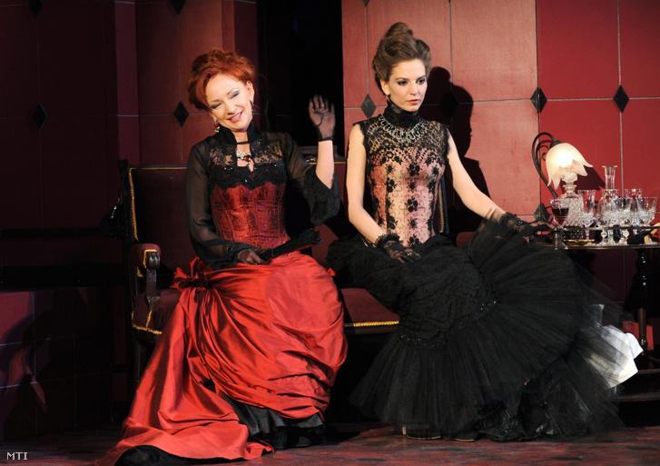 Jelenet Molnár Ferenc Olympia című darabjából. Bozó Andrea (b) Jenni és Szabó Emilia (j) Olympia szerepében Egerben, 2011. március 7-én.