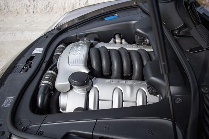4,5 literes V8, két turbófeltöltővel és 520 lóerővel