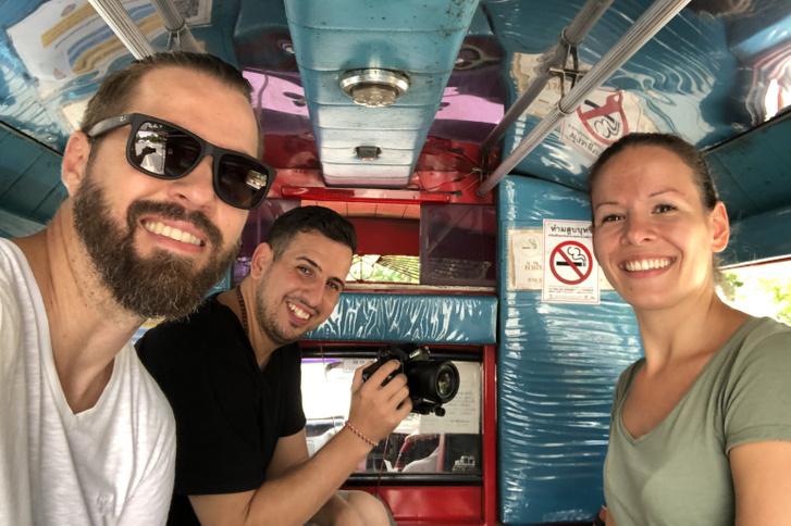 csapat a furgonban