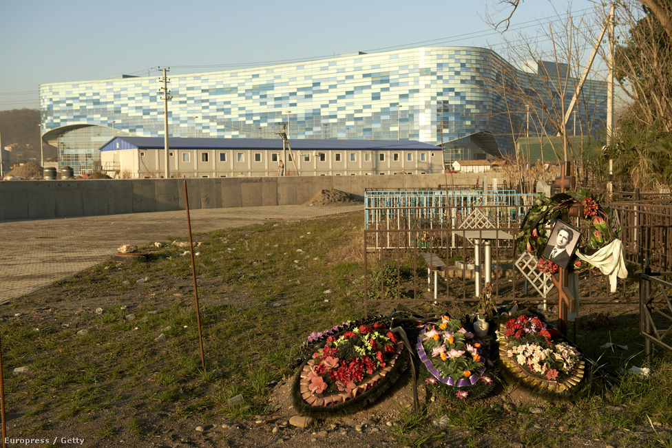 """Ortodox temető a Jéghegy Korcsolyapalota árnyékában.                         A 63 éves Vladimir Ivanov például negyven évig a Norilszk sarkköri nikkelbányájában dolgozott. A már az egészségre károsan szennyezet ipari környezetből költözött a festői tájra, ahová most az erőműt építenék. """"Az egyik börtönből kiszabadultam, de egy másikba jutottam"""" - mondta Lallynek."""