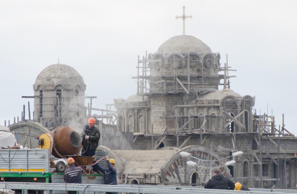 Építőmunkások Adlerben, ahol új ortodox templom is épül az olimpiára.                         A munkások nagy részét eleve illegálisan, de legalábbis szürkén foglalkoztatják. Így nehezen érvényesítik érdekeiket, de még azoknak se könnyű, akik segíteni próbálnak rajtuk. A migráns munkásokat gyakran regisztráció és munkaengedély és szerződés nélkül alkalmazzák.
