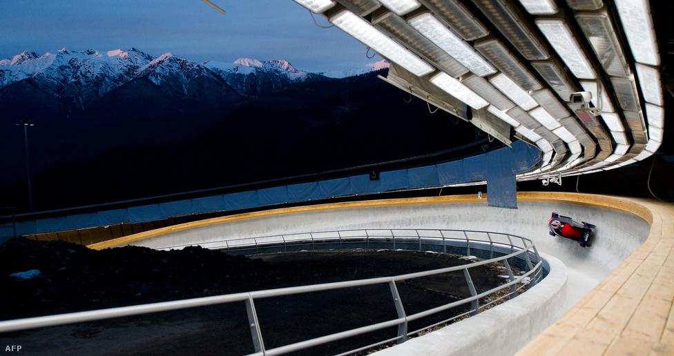 A brit bobcsapat gyakorol az olimpiai bobverseny helyszínén, a Szanki Csúszóközpontban.