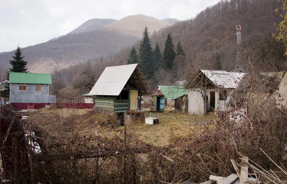 Pár megmaradt régi ház Krasznaja Polján, ahol a síversenyeket rendezik majd.                         Még azt is elmesélte, milyen jót síelt a Szocsi feletti hegyekben. Az általános oroszországkép javításán túl azt reméli, hogy a tengerparti nyaralóként megkopott város egész éves turistaattakcióként újuljon meg, fellendítve ezzel az egész észak-kaukázus gazdaságát.