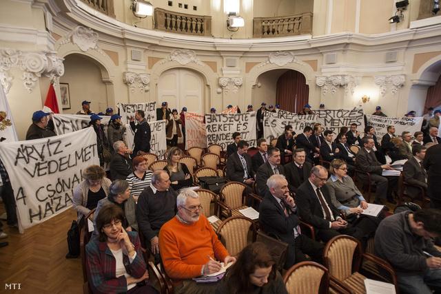 A gát megépítése mellett tüntető civilek a Fővárosi Közgyűlés ülésén