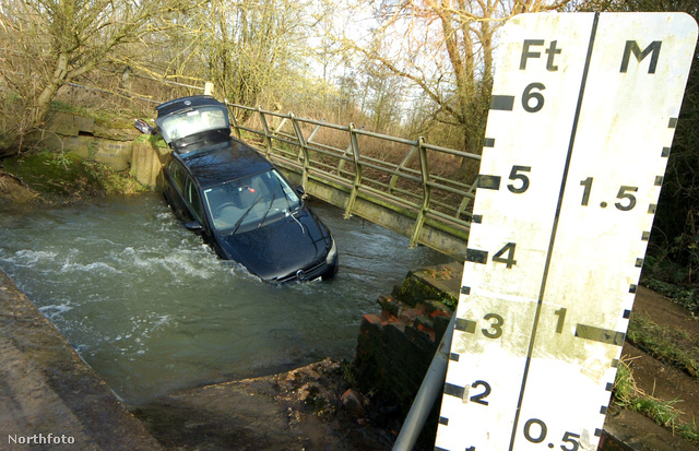 Egy hídhoz nyomta a vízár az autót.